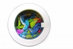 2415964-nahaufnahme-auf-einer-waschmaschine-mit-sauberer-bunter-kleidung
