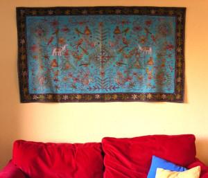 04082009-sofa-mit-marokkanischem-wandteppich-1