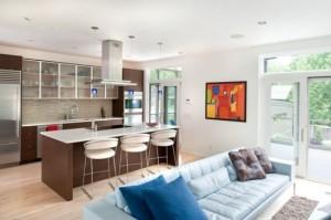 při spojení kuchyně a obýváku se uplatňují i barové stolky a židle