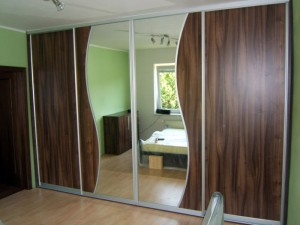 Vestavěné skříně zastupují moderní designový styl /