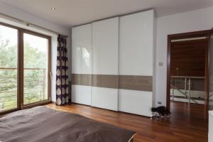 Vestavěné skříně zajistí potřebný dostatek místa /